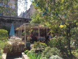 ....Un restaurant, terrasse au milieu d'un jardin et d'un potager en saison